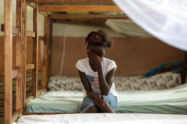 mujer negra llorando en litera