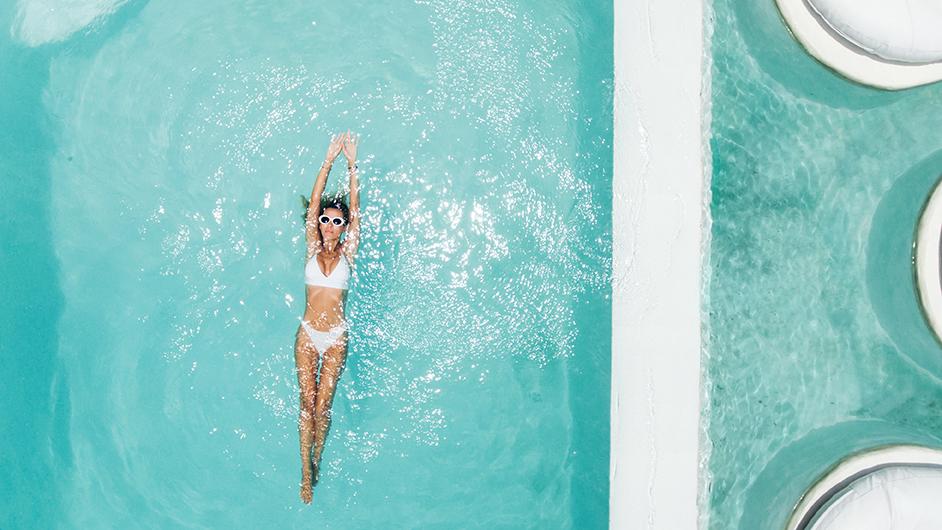 mujer nadando en una piscina
