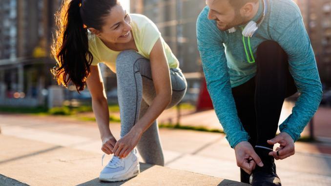 hombre y mujer preparados para hacer ejercicio